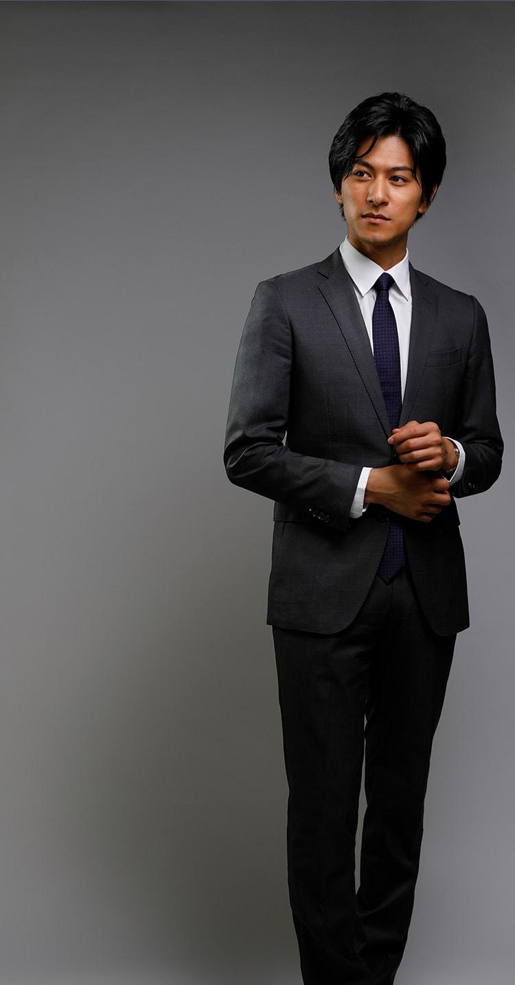 グレーのスーツを着たビジネスパーソン