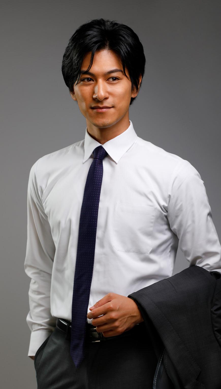 http://スーツを脱いで腕にかけた男性