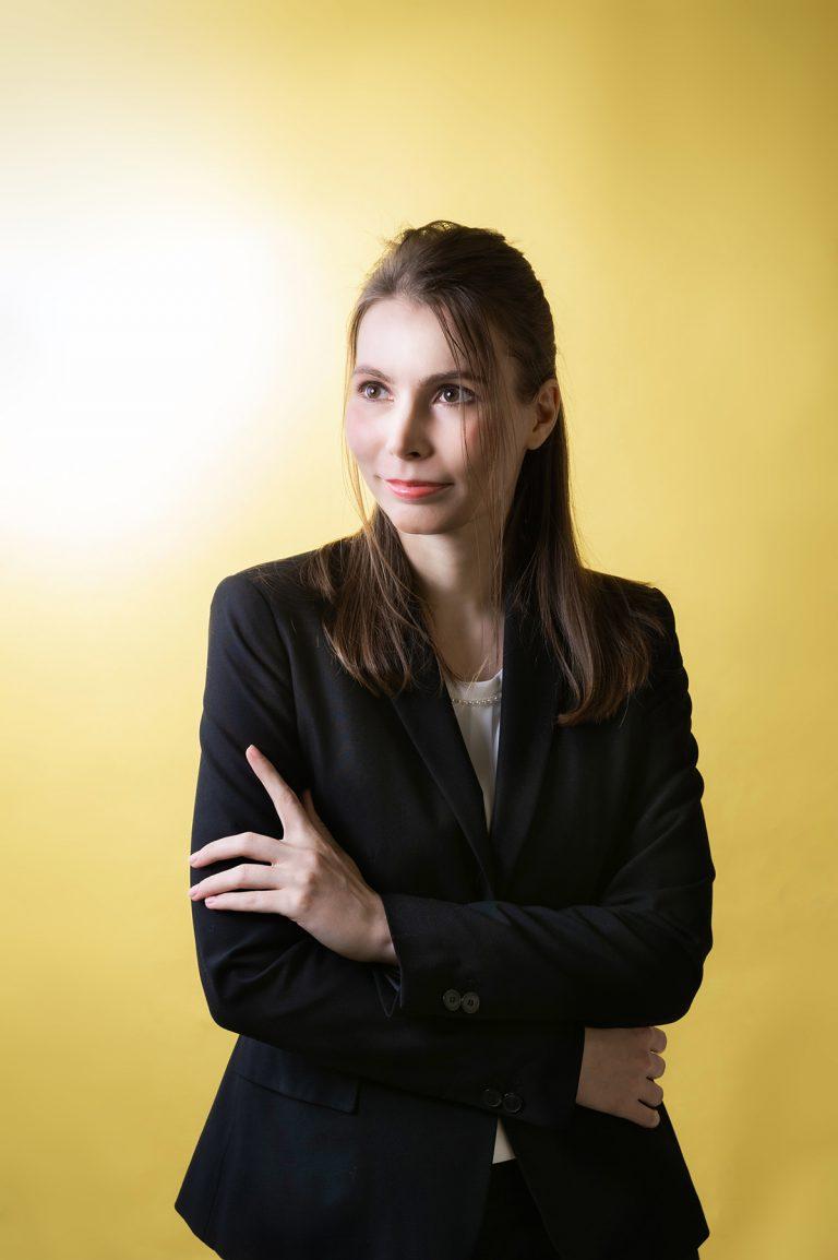 http://スーツを着た金髪の女性