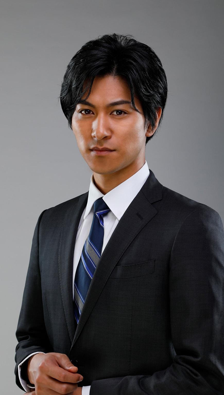 http://スーツを着た黒髪の若い男性