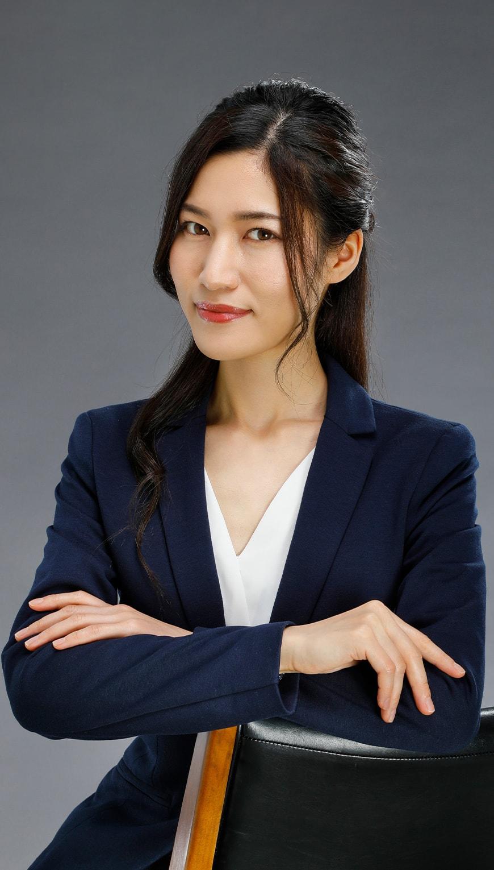 http://スーツで腕を組んだ女性