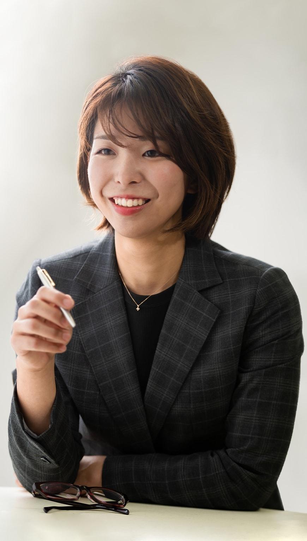 http://ペンを持ったショートカットの女性