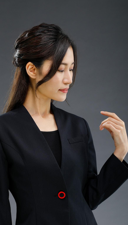 http://黒いスーツの女性